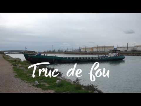 Drôle de manoeuvre d une péniche sur le canal du Rhône à Sète