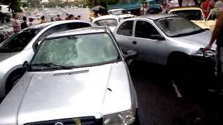 Chuva causa engavetamento de carros em Uberlândia, na Av. Getúlio Vargas