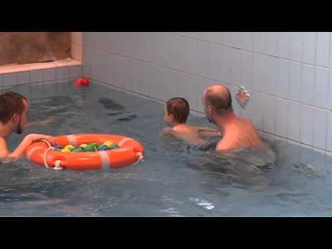 Oswajanie dziecka z wodą wstęp do nauki pływania w Parku Wodnym w Krakowie