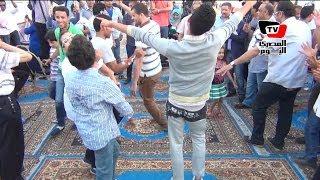 شيوخ وشباب يرقصون «بلدي» على أغنية بشرة خير