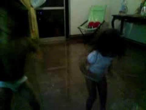 Crianças dançando créu