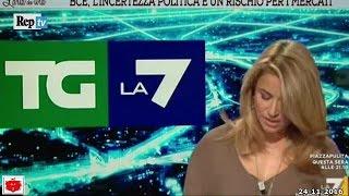 Giornalista Tg La7 cade in diretta mentre legge le notizie in anteprima 24-11-2016