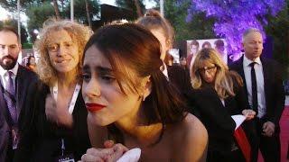 Violetta Tini consola una bambina in lacrime tra i fans del red carpet