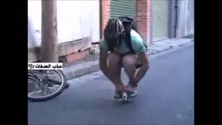 شخص يقود أصغر دراجة هوائية في العالم