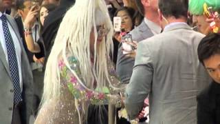 LADY GAGA Arrived in Japan with OUTRAGEOUS Outfit! レディー・ガガがオシリ丸見えの大胆衣装で空港到着!