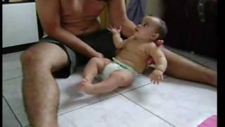 Bebê Aprendendo a se sentar