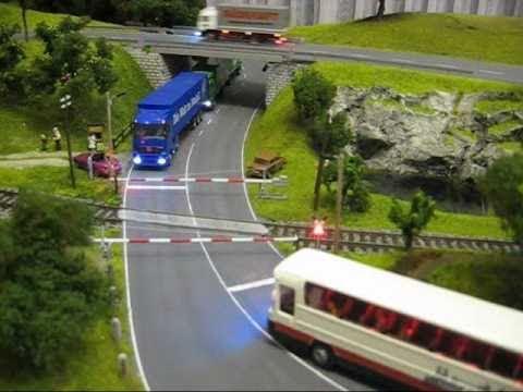 Modellbahn Zug und Bahnübergang train and railroad crossing 電車と踏切