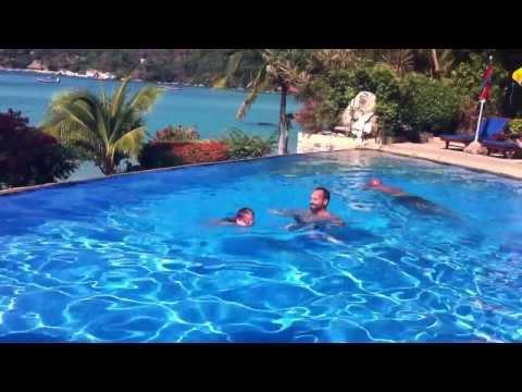 Globetrottinettes - Thailande - Visite bungalow - Salomé nage