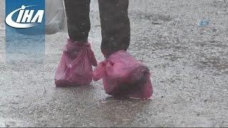 Delik Ayakkabısını Korumak İçin Poşet Giyiyor