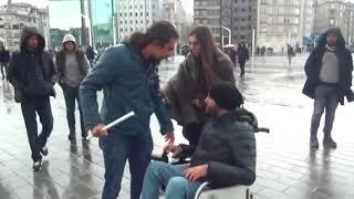 Şiddet Gören Kadına Engelli Bir Vatandaş Yardım Etti