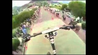 نزول منحدر خطير بواسطة الدراجة