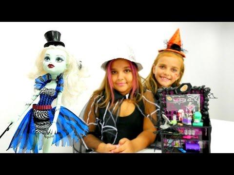 #MonsterHigh kıyafetleri ve makyajı. Monster High oyuncak bebeklerle oynuyoruz. Kız oyunları