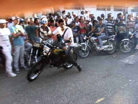 moto pirueta en honor al niño