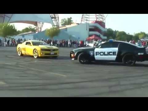 Mustang da Policia tirando onda com Camaro
