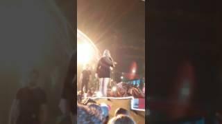 Fã infiel? Marília Mendonça é atingida com cerveja durante show em Bonfim: