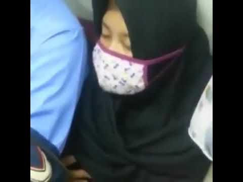 Gadis jilbab di grepe di kereta api