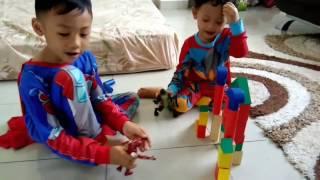 Anak Membuat Istana Dari Kayu. Bermain Balok Susun Kayu. Menhancurkan Rumahan Kayu
