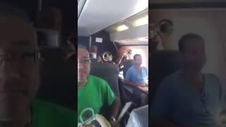 Avión se prende con músicos de alegría