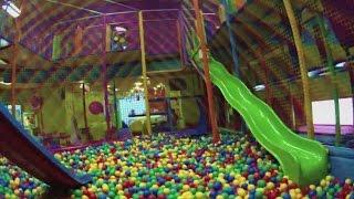 playground, szaleństwa zabawa, dzieci w kulkach, zabawa w kolorowym labiryncie zjazdy do kulek