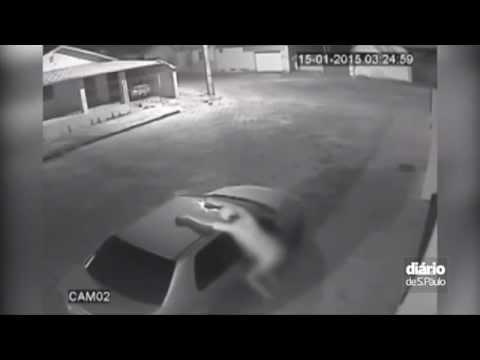 Homem é flagrado fazendo sexo com carro em MG