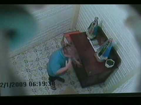 Câmera flagra mulher roubando igreja