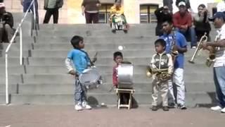 Banda de niños tocando arriba pichataro