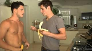 Travis le enseña a Sean...