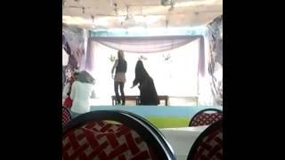 رقص منقبة فى كافيتريا