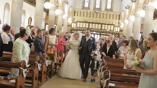 Groom sings bride up the aisle