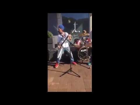 подвинься, Metallica - Three Tweens Perform Flawless METALLICA Medly Outside A Mall