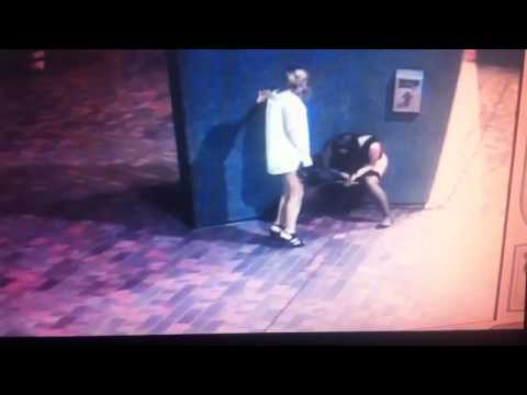 Perempuan gila kencing di tempat awam