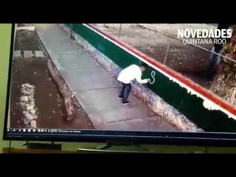 Captan a jóvenes mientras pintan paredes escolares