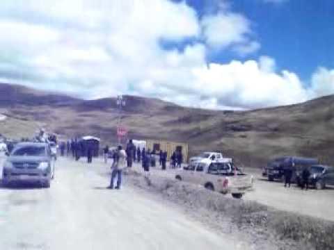 Caravana de carros rompe cerco policial y se moviliza a la laguna Mamacocha el día 18 07.12.