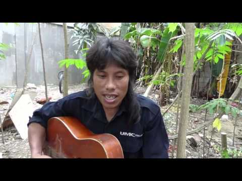 CEBU FILIPINO CONSTRUCTION WORKER SINGS PLAYS GUITAR LUNCHTIME.