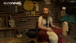 روسي يعيش في كوخ في جوف الأرض