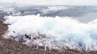 Se congelan las olas del mar en Rusia.