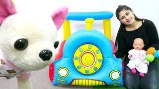 Ayşe Gül'ü giydirip oyun parkına götürüyor