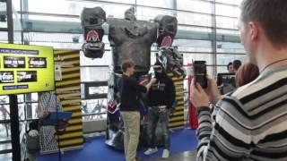 Sähköinsinöörien 3-metrinen robotti esittäytyi
