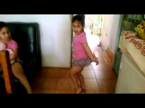 menina dançando que tudo