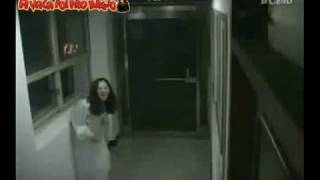Japa finge que é um fantasma e dá o maior susto na galera