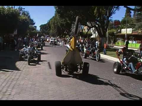 Aztecas Trikers en el carnaval de chapala El Ruuu haciendo un Willie con el Triker el Pollito