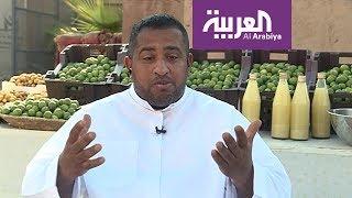 شاب سعودي يبيع الفواكه والتمر بأسلوب فكاهي