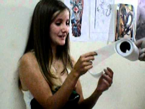 Bruna colocando piercing no septo