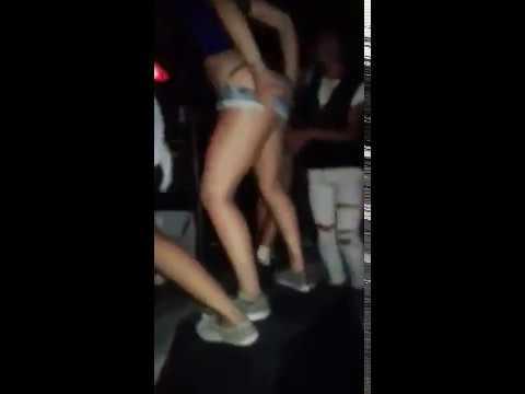 Chicas se desnundan en el boliche aloa