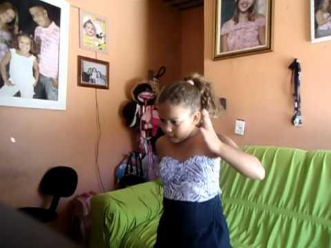 criança dançando a casa das primas