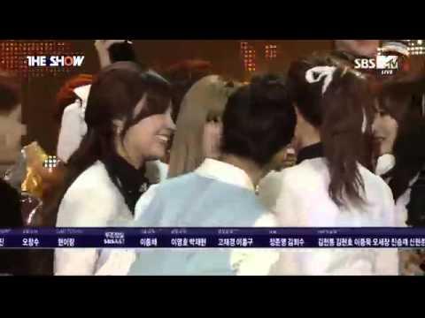 141202 T-ara Jiyeon and Apink Eunji hugging each other