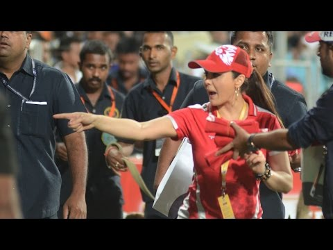 IPL 8: Watch Preity Zinta distributing t-shirts during a match