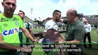 لحظات مؤثرة لتسليم كأس أمريكا الجنوبية للناجين من حادث تحطم طائرة فريق تشابيكوينسي البرازيلي