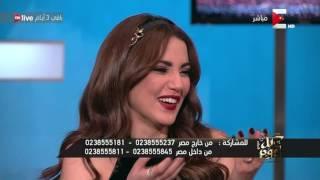 كل يوم - عمرو اديب يقدم بوكية ورد لـ درة بمناسبة عيد ميلادها