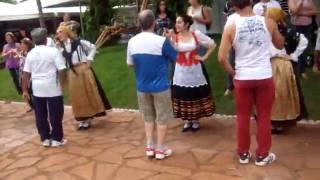 Docinho dançando com cinco mulheres...